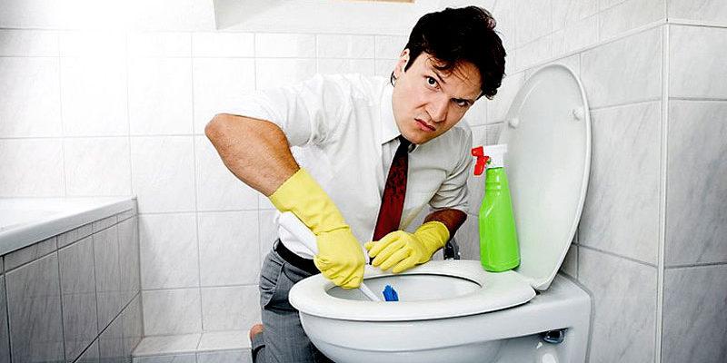 Как се отпушва запушена тоалетна
